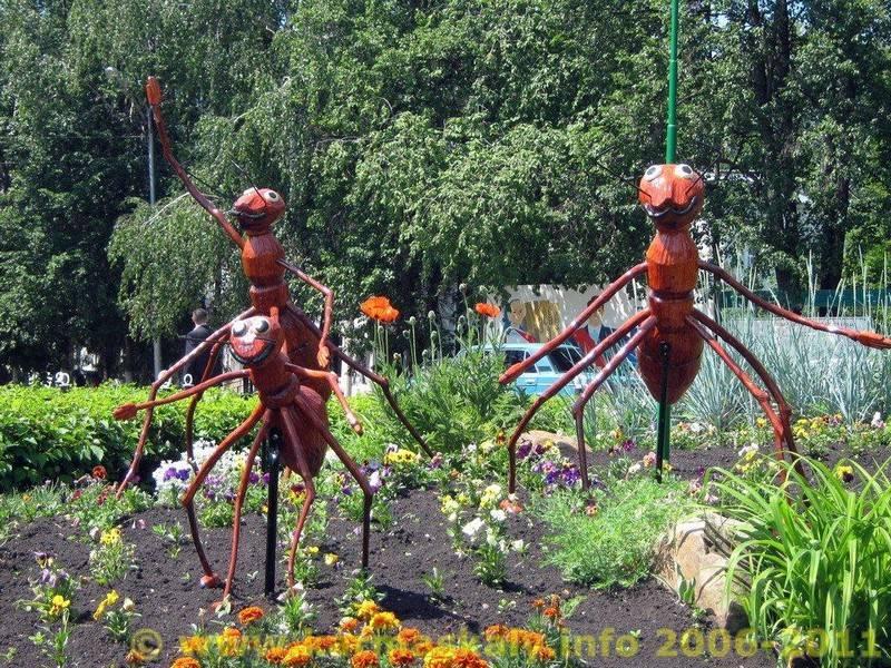 Фотография в Кармаскалинском районе: Гигантские муравьи на площади Ленина