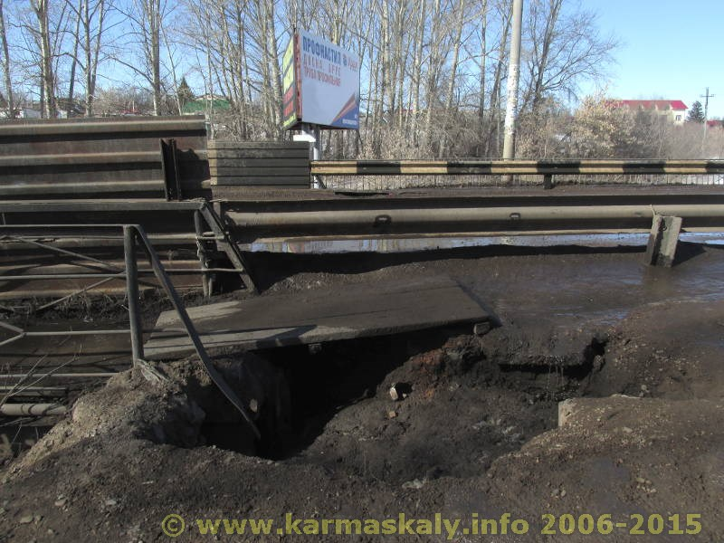 Фотография в Кармаскалинском районе: Пешеходы рискуют провалиться под землю